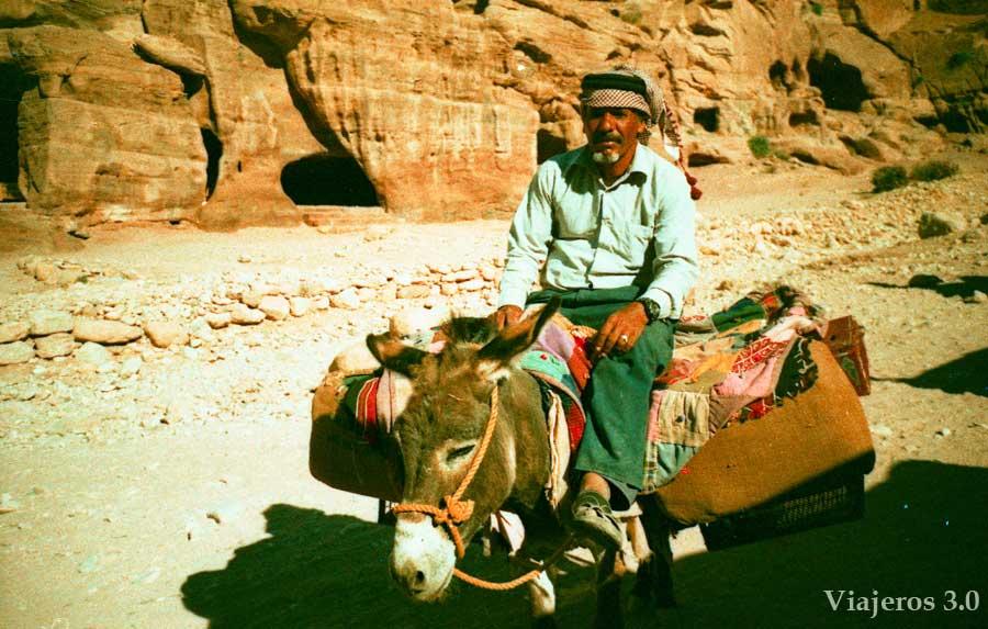 hombre beduino en Petra a lomos de su burro