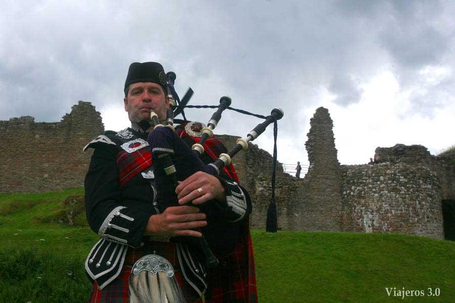 gaitero en el Castillo de Urquhart Escocia
