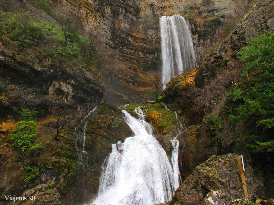 Nacimiento del río Mundo, una de las cascadas más altas de España.