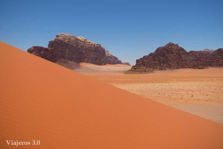 arena y montañas en Wadi Rum
