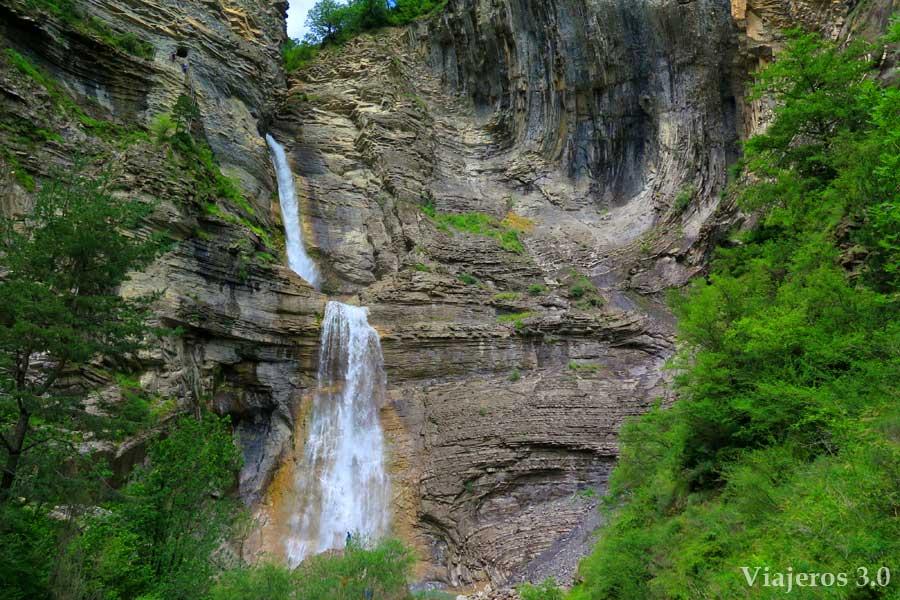 vista general de la cascada del Sorrosal en Broto