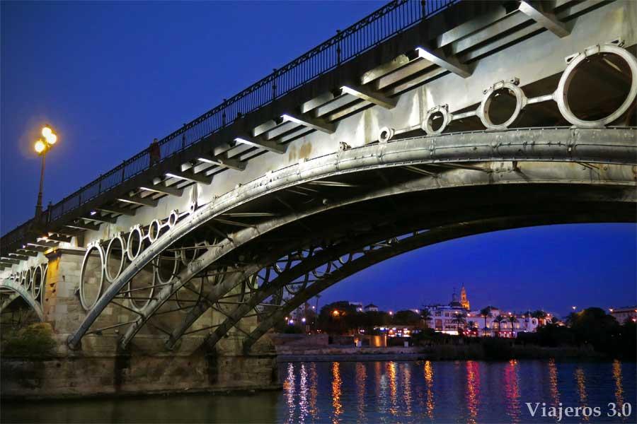 luces y colores en el puente de Triana. Navidad en Sevilla.