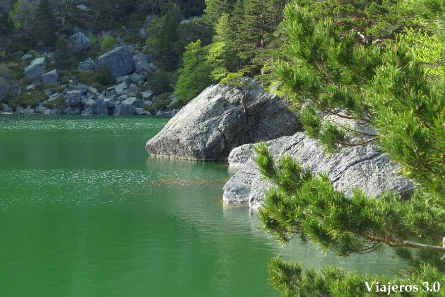 negra de senderismo en la Laguna Negra de Soria