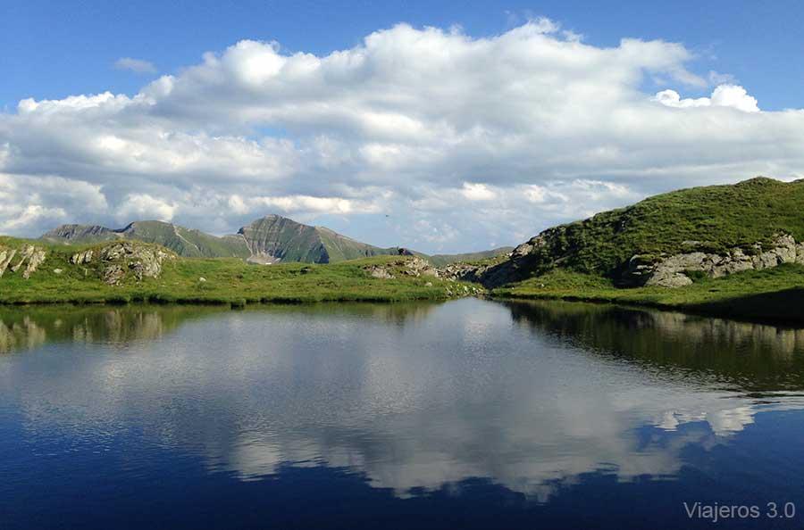 lago Capra, montañas Fagaras en Rumanía