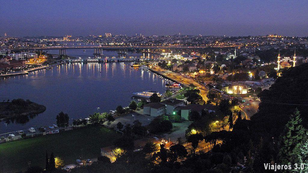 Imagen nocturna de Estambul.