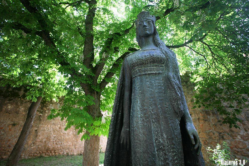 estatua de la princesa Kristina de Noruega en Covarrubias, qué ver en la Comarca del Arlanza