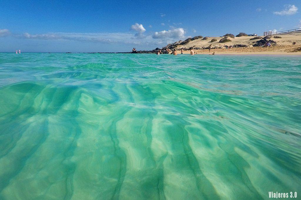 aguas verde esmeralda en las mejores playas de Fuerteventura