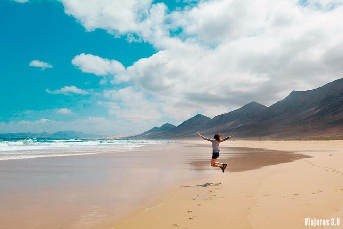 Rebeca Serna de Viajeros 3.0 en la playa de Cofete, las mejores playas de Fuerteventura