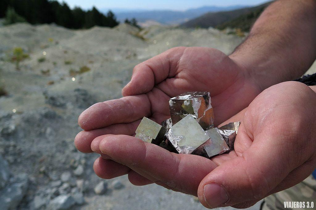 recolectando piritas en la mina de pirita de Navajún