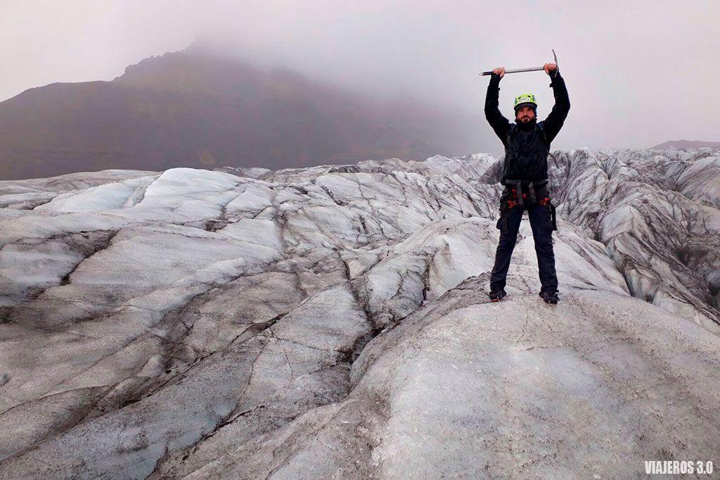 Equipo para trekking sobre glaciar en Islandia