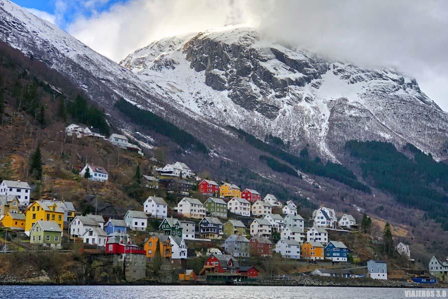 Imagen invernal de Odda en los fiordos.
