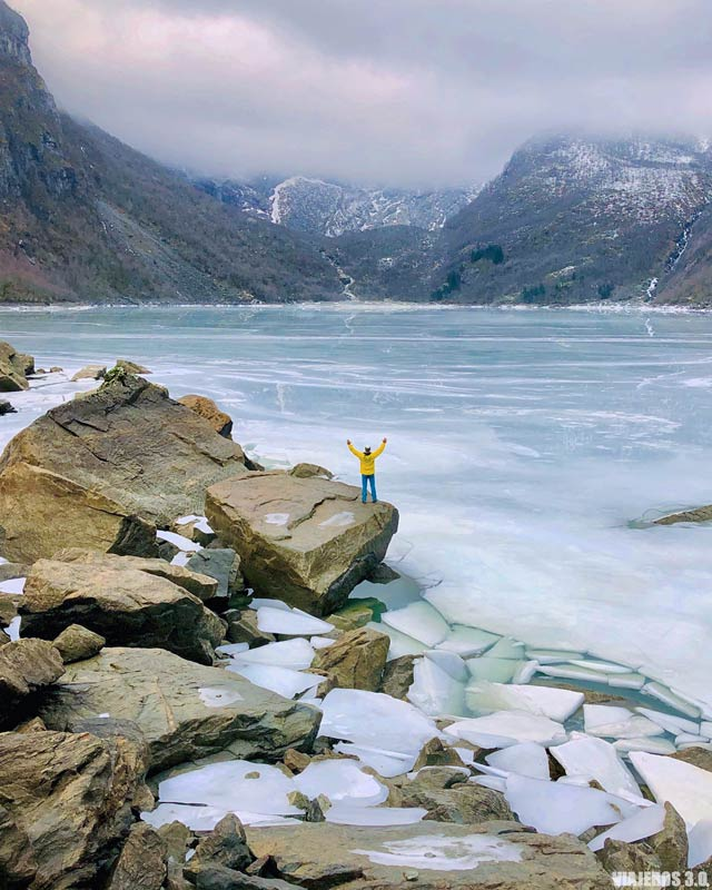 Lago Bondhus en invierno, qué hacer en los Fiordos Noruegos