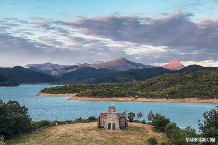 Ermita de Riaño y la Montaña Palentina de fondo.