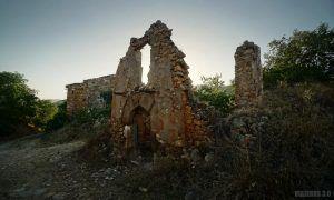 Muros ruinosos en Finestres, provincia de Huesca