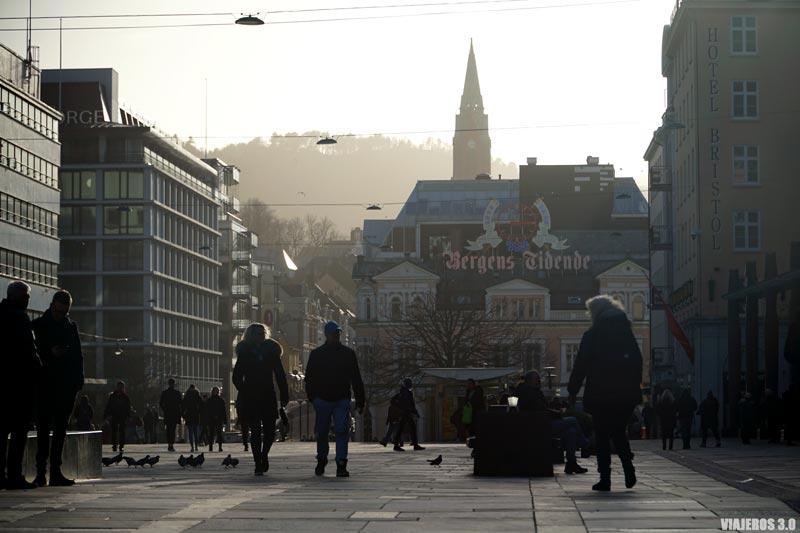 Plaza Torgallmenningen en el centro de Bergen, Noruega