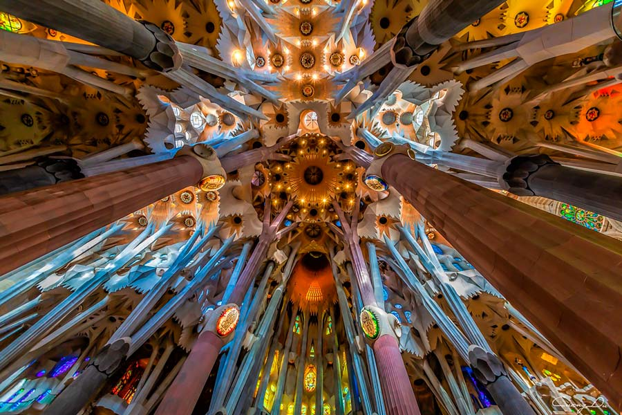 Interior de la Sagrada Familia, ruta del modernismo en Barcelona