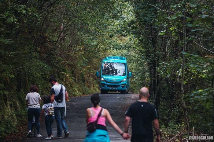 Minibus en temporada alta en Fragas do Eume