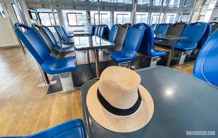 Interior del barco para llegar a la isla de Ons.
